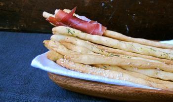 Гриссини. Размером гриссини обычно примерно с карандаш - тоненькие и не очень длинные. Впервые народ увидел эти палочки еще в XIV веке в Турине, а со временем они были популярны по всей территории Италии. Сначала это были обычные палочки с дрожжевого теста. Позже стали добавлять кунжут или другие пряности для украшения и дополнительного вкуса палочек. Сейчас гриссини можно приготовить вместо булочек к чаю или же просто для легкой закуски во время обеда или ужина.