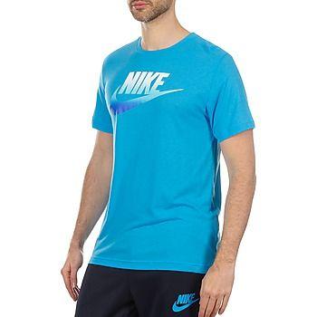 """20,80 € Ακολουθώντας την τάση """" tie and dye"""" που ξαναφέρνει τα κύματα στη μόδα, η μάρκα Nike μας προτείνει αυτό το t-shirt με κοντά μανίκια που παρουσιάζει μια στάμπα στο στήθος σε καλοκαιρινό στυλ που θα ταιριάξει με όλες τις εμφανίσεις της σεζόν. Πληροφορίες :Σύνθεση:    Βαμβάκι : 25%    Βισκόζη : 25%    Πολυεστέρας : 50% Άλλα χρώματα διαθέσιμα: FUTURA FADE SLIM"""