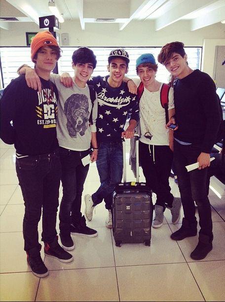 CD9 <3 si se encontraran a estos 5 chicos en el aeropuerto