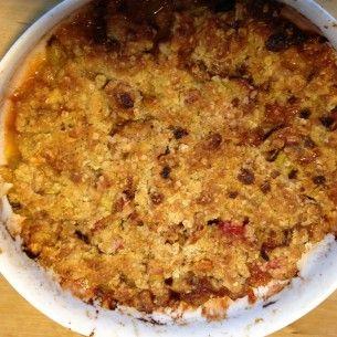 En jättegod och enkel smulpaj. Roy Fares recept på rabarberpaj med dinkelsmuldeg är lättbakat och blir snabbt en favorit.