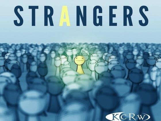 Strangers fortæller gode historier om vilde eventyr eller forstadshverdag. Værten Lea Thau får det bedste frem i begge dele.