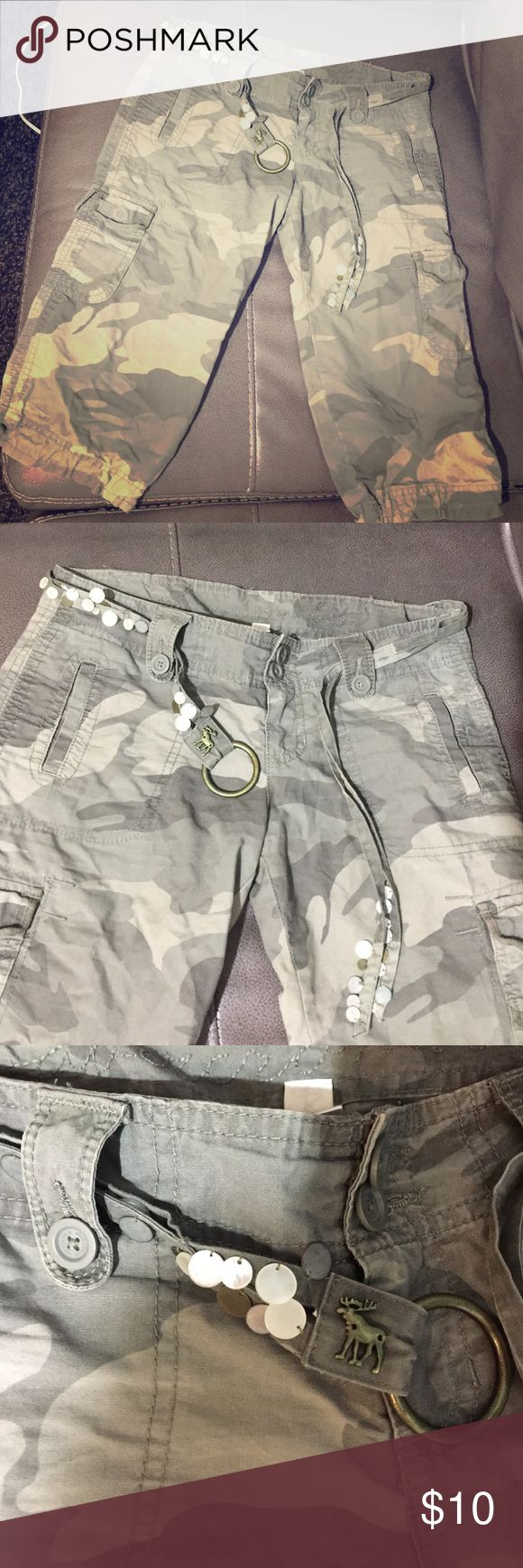 Army Bermuda shorts These army shorts hug the booty!🤗They look so good with wedges 😍 Abercrombie & Fitch Shorts Cargos