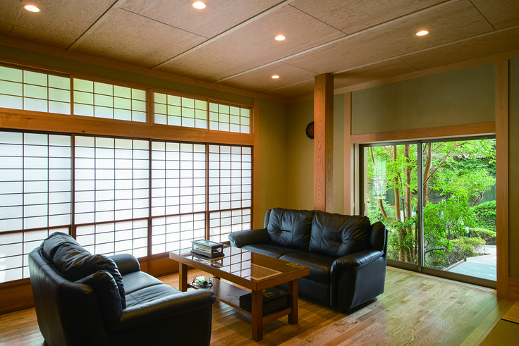ゆったりとソファーに座りながら、お庭を眺めるができます。 |書斎|応接間|ナチュラル|和モダン|デザイン|おしゃれ|テーブル|