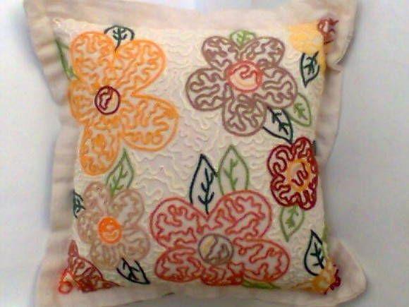 Almofadas confeccionadas em tecido de tear manual, 100% algodão, bordadas à mão em ponto corrente. Temos diversas cores e bordados.  Caso deseje algum modelo diferente do exposto, contactar-nos por email. R$ 60,00