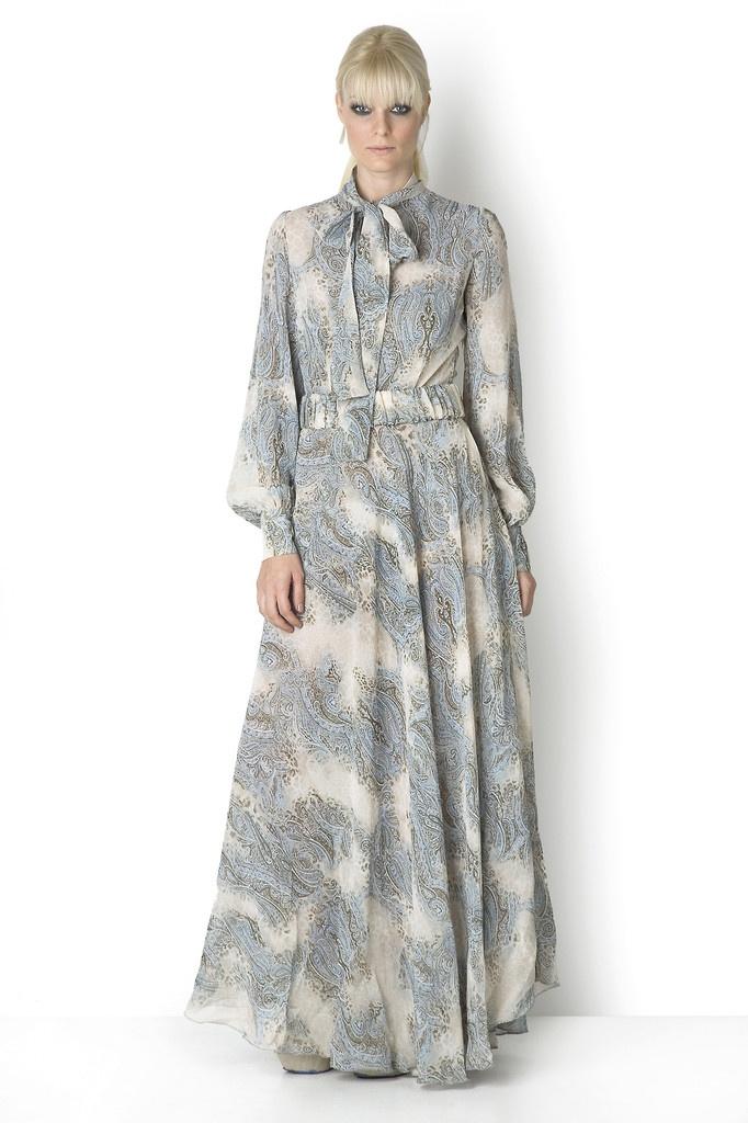 ΦΟΡΕΜΑ ΒΙΚΤΟΡΙΑΝΟ  Τα νεορομαντικά φορέματα είναι η καινούργια τάση. Είναι ένα υπέροχο φόρεμα, πολύ μοντέρνο και πολύ άνετο. Φοριέται και χειμώνα και καλοκαίρι. Συνοδεύεται από κομπινεζόν. Πλένεται στο πλυντήριο στους 30 βαθμούς.  Tips: Για πανωφόρι διαλέξτε ένα κοντό δερμάτινο μπουφάν ή ένα ήσυχο μονόχρωμο μεσάτο παλτό.Ποτέ μην το φορέσετε με γόβες.