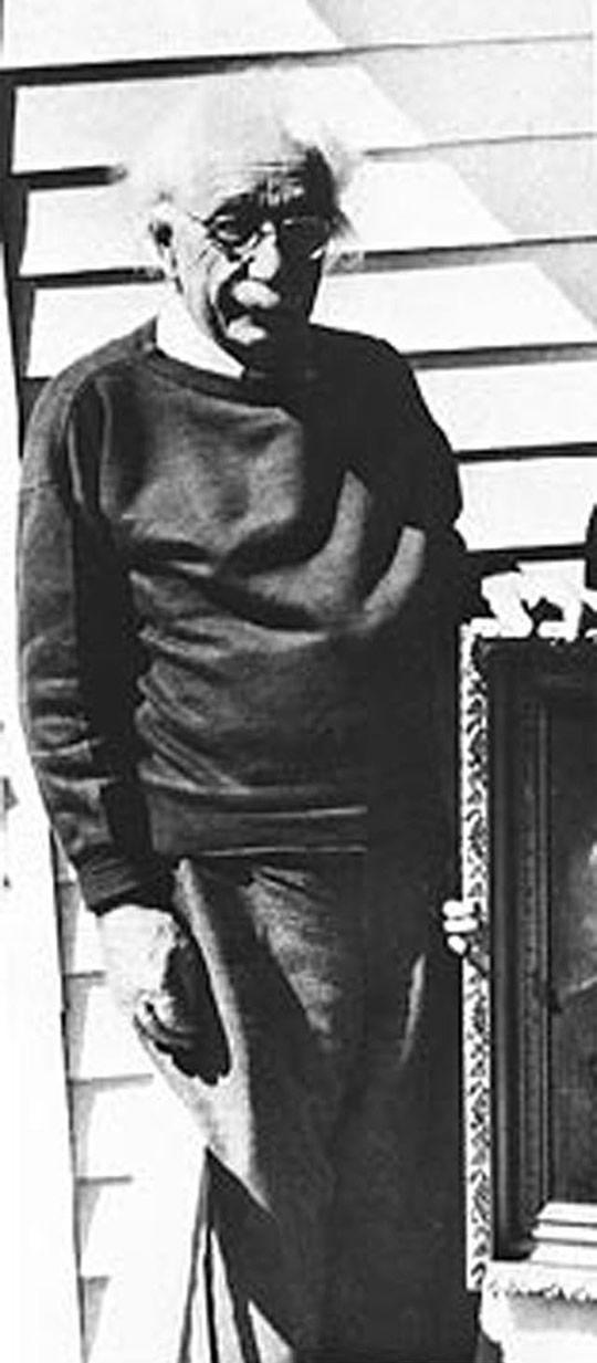 Albert Einstein - Foto do famoso físico um mês antes de sofrer um aneurisma de aorta abdominal.