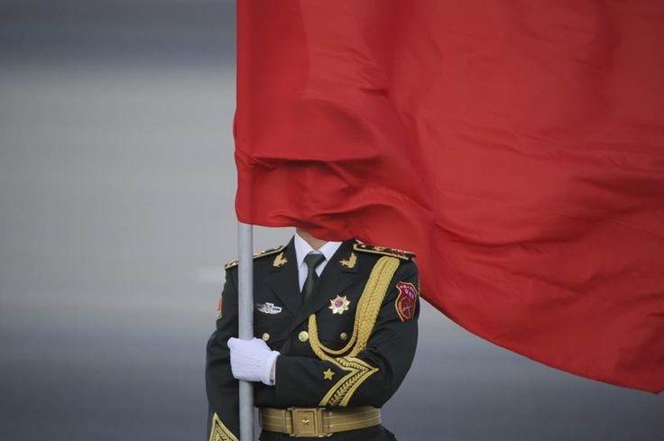Un garde d'honneur chinois porte un drapeau lors d'une cérémonie d'accueil du Premier ministre du Sri Lanka à Pékin, en Chine