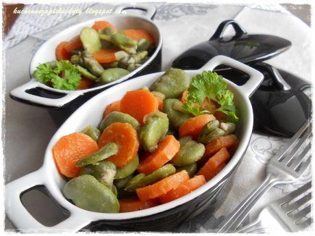Sałatka z bobu i marchewki. Możesz to przygotować i podać jako dodatek do obiadu. Zobacz!