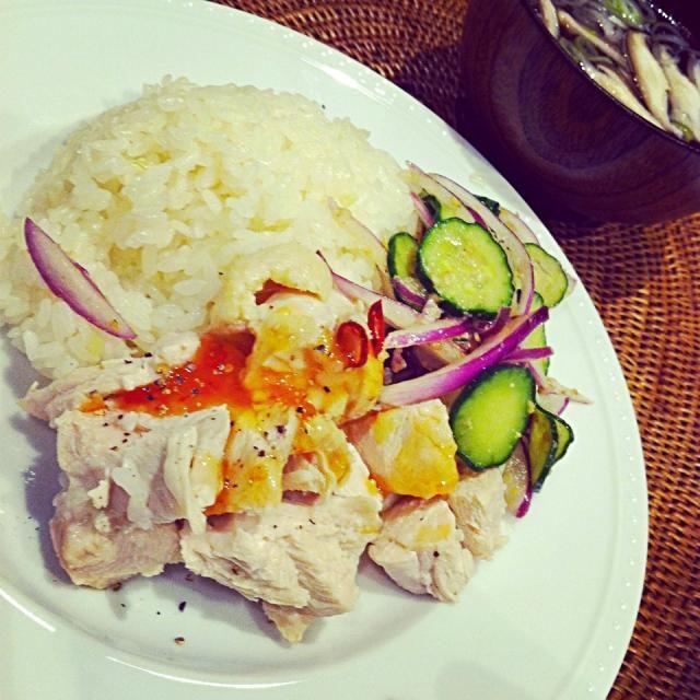 きょうは少し手間をかけて一度鶏肉を茹で蒸らし、お米を炒めてから炊飯器へ。いつもの炊飯器に全部入れて炊くのよりもご飯がパラパラして風味も増して美味しい。 - 96件のもぐもぐ - カオマンガイ by raycheal