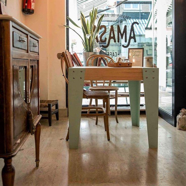 Mesa de madera maciza a medida fabricada en pino natural.A MEDIDA: Esta mesa se fabrica de forma personalizada. Puedes elegir las medidas y elegir el color. En cuanto recibamos tu pedido, nos pondremos en contacto contigo para cerrar los detalles del diseño.La mesa de la foto tiene las siguientes medidas:80 cm (ancho)80 cm (fondo) 75 cm (alto)FABRICACIÓN: El tiempo estimado es de 20 días laborables.ENVÍO y GASTOS:Gastos de envío gratis en península. El ...