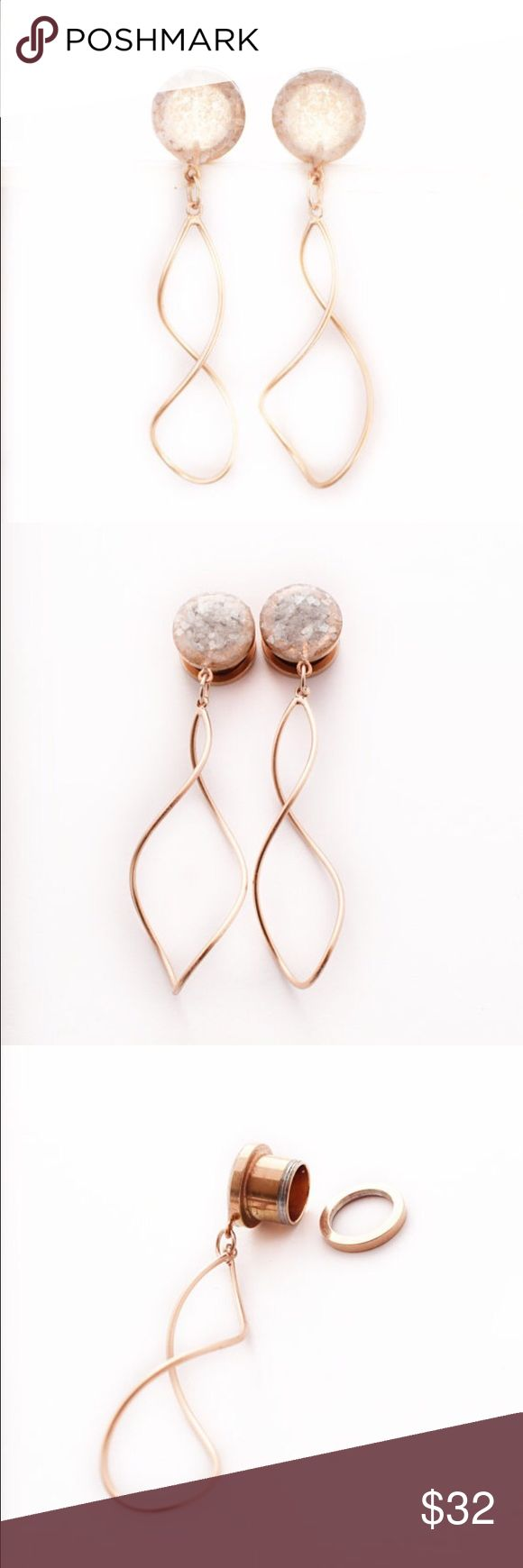 Pearl Crushed Glass Rose Gold Dangle Plugs A pair of unique and stunningly gorgeous handmade pearl crushed glass with dangle on rose gold plugs.  The pearl glass is sealed in such a beautiful way to show off it's texture and shine.   These are available in 6g, 4g, 2g, 0g, 00g, 1/2in, 9/16in, and 5/8in  These beautiful plugs are on a hollow rose gold anodized titanium plated 316L surgical steel base. They are a screw on plug making them easy to put on and not have to worry about them falling…