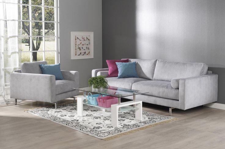 Ajanhenkiset ja tyylikkäät Montesano sohva ja lepotuoli sopii vaativammankin sisutajan ratkaisuksi. Tyylikäs metallijalka kruunaa sohvan ulkonäön.