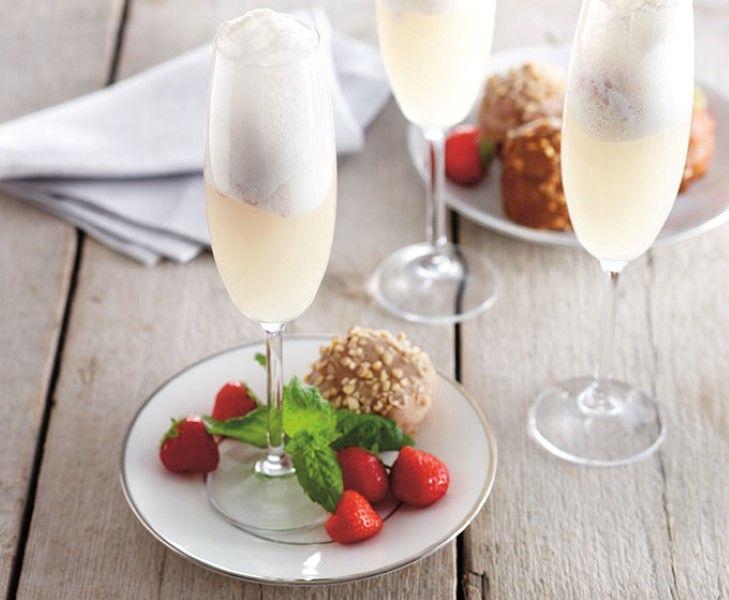 Champagne aardbei ijs met verse aardbeien, soesjes en mousserende wijn.