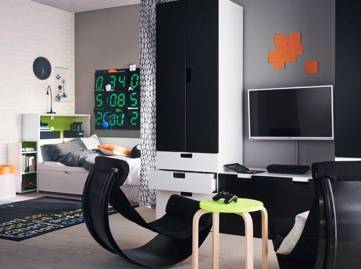 Dormitorio juvenil con una solución de almacenaje y una cama en blanco/negro, acabado con dos balancines negros muy cómodos para jugar a videojuegos.