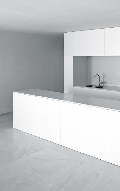 minimal white kitchen   kitchen . Küche . cuisine   Architekt: Fran Silvestre Arquitectos  
