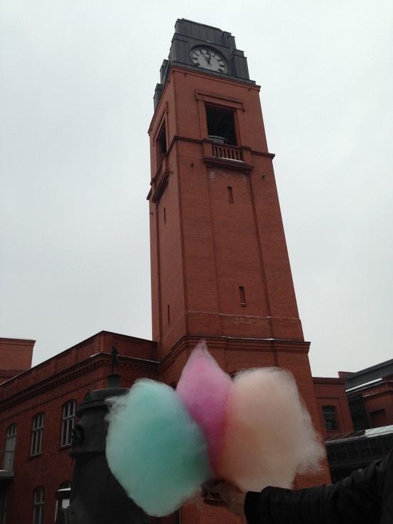 Hipnotyzujemy wiosnę!  Wata cukrowa dla wszystkich na Dziedzińcu Sztuki do 17.00