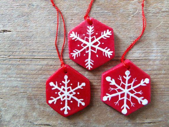 Decorazioni per l'albero di Natale in pasta di mais esagoni rossi fiocchi di neve bianchi
