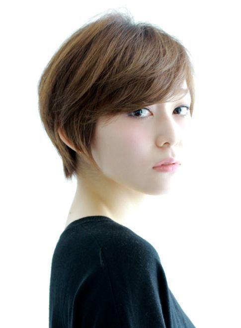 【cut】 ショートボブベースに顔まわりはタイトに全体は自然な丸みをもたせたことで、女性らしいシルエットにして、スライドカットで動きとやわらかさ演出。 【COLOR】 カラー13レベルのハニーベージュで甘さをプラス。長さの調節やボリューム感、更にシルエットを補正すれば、誰にでもハマるスタイルに変化します。