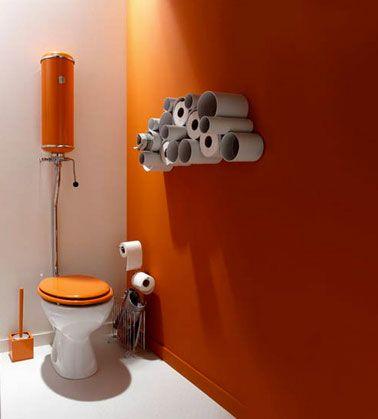 Deco WC. Couleur peinture orange et blanc.Rangement papier toilette dans tubes PVC.