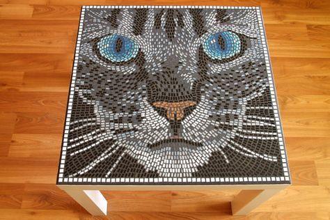 Handgemaakte kat glazen mozaïek tafel Nieuwe aangepaste geleide, artistieke, handgemaakte tafels in het interieur. Ik beveel voor alle kat fan! De beste accessoire voor uw kamer! Hoogte: 43 cm breedte: 55 cm Diepte: 55 cm Gewicht: 6 kg Tabel kleur: wit Het tafelblad is waterdicht. Originele fotos. Wij leveren de tabellen gedemonteerd en de onderdelen netjes verpakt. Als u verdere vragen hebt, ik ben natuurlijk blij beschikbaar