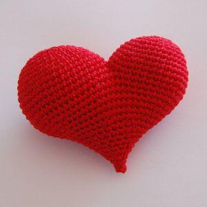 Corazón Amigurumi - Patrón Gratis en Español en formato PDF - Click sobre la imágen para ver y descargar el Patrón aquí: http://hastaelmonyo.com/?p=2487