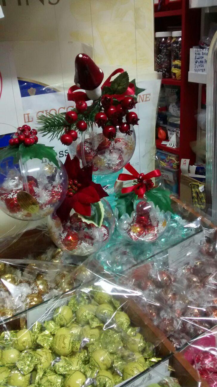 Palle di Natale con cioccolatini dentro.