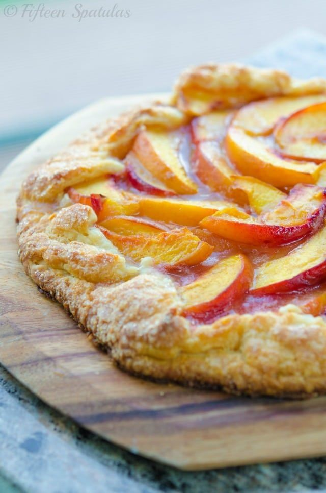 Fresh Peach Crostata Recipe from @fifteenspatulas #recipe #dessert #peach