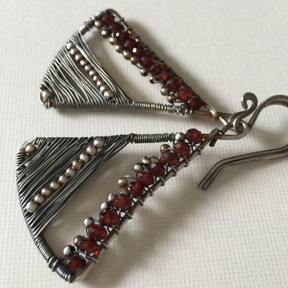 Check de voorkant van de winkel voor couponcodes! http://www.Etsy.com/shop/anikosandor?ref=pr_shop_more  Gratis verzending! Deze oorbellen zilver draad gewikkeld zijn gemaakt met prachtige rode granaat rondelle kralen en zilveren geweven draad met zilveren parels.  Niet te zwaar, eenvoudige maar elegante. Gemakkelijk te dragen met casual of elegante outfit. Ze zijn ongeveer 2 lang met inbegrip van de handgemaakte oor draad.  Ik zal ze het schip in kleurrijke certificaat en cadeauzakje.