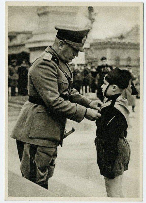Mussolini premia un balilla