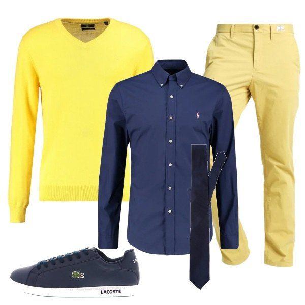Un paio di pantaloni chino chiari si abbinano ad una camicia blu, su cui indossare una cravatta leggermente più scura e un maglione giallo, che può essere portato anche sulle spalle, mentre le scarpe sono delle sneakers basse.