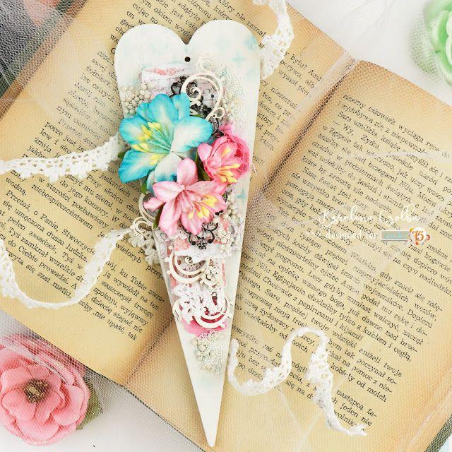 Serce zawieszka, ręcznie robione zpaierów Studio 75, tekturek Scrapiniec i z kwiatkami Wild Orchid Crafts. Heart, mixed media, gift idea,
