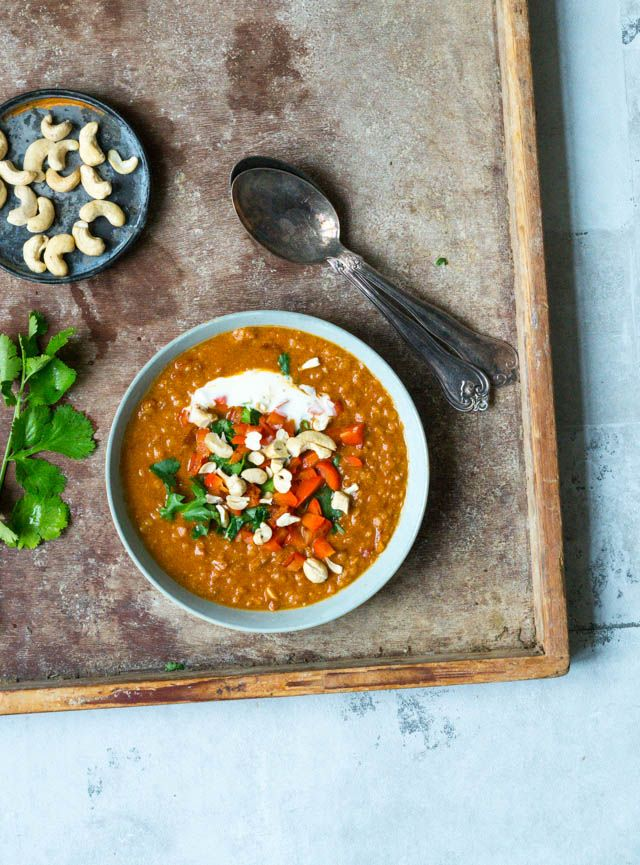 Skøn indisk vegetarisk suppe med kokosmælk, krydderier og røde linser. Serveres med stegte peberfrugter, creme fraiche og cashewnødder.