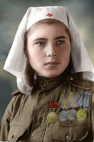 """Teniente femenina de los Servicios Médicos del ejército soviético, 1944-45. Le fueron concedidas las siguientes condecoraciones: Medalla al Coraje, dos Medallas al Mérito en la Batalla y Medalla """"Por la Defensa del Cáucaso""""."""