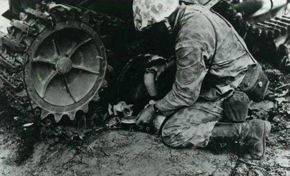 Кошки на войне    Подборка фотографий военных лет с участием кошек. Известно, что во время войны кошек держали в окопах для того, чтобы они заранее предупреждали о газовой атаке. А в годы Второй мировой их брали на борт подводных лодок как живых детекторов качества воздуха. Кошки также оказывали помощь солдатам и людям в трудную минуту. Благодаря своей поразительной чувствительности и интуиции, бесчисленное количество раз спасали жизни своих хозяев. Именно по поведению пушистых сэнсеров –…