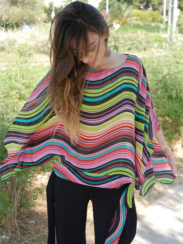Μοντέρνα άκρως καλοκαιρινή μπλούζα πόντσο style με κυματιστές ρίγες πολύχρωμες από μουσελίνα.