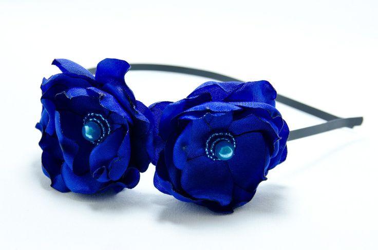 Čelenka modré z nebe Originální čelenka s ručně vyrobeným saténovými modrými kvítky Doplněný perličkami a korálky. Velikost květu: š.5cm a 5cm s Kovová čelenka černébarvy ,šíře 0,5cm. čelenku je možné i ve stříbrné barvě nebo plastovou. Čelenku je možné vyměnit za černou kovovou nebo plastovou .Stačí napsat do poznamek. Květiny jsou více na straně ...