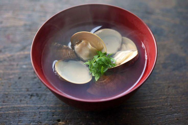 """いちばん丁寧な和食レシピサイト、白ごはん.comの「はまぐりのお吸い物の作り方」のレシピページです。はまぐりのお吸い物は、かつおだしなどを使わない""""潮汁(うしおじる)""""というお吸い物です。昆布と蛤(はまぐり)だけで出汁をとって仕上げるので、比較的作り方も簡単!写真つきで詳しく「はまぐりのお吸い物」の作り方を紹介していますので、ぜひ参考にしてみてください。"""