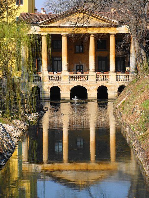 Riflessi palladiani - Palladian Reflections    La Loggia Valmarana sulla Seriola a Vicenza