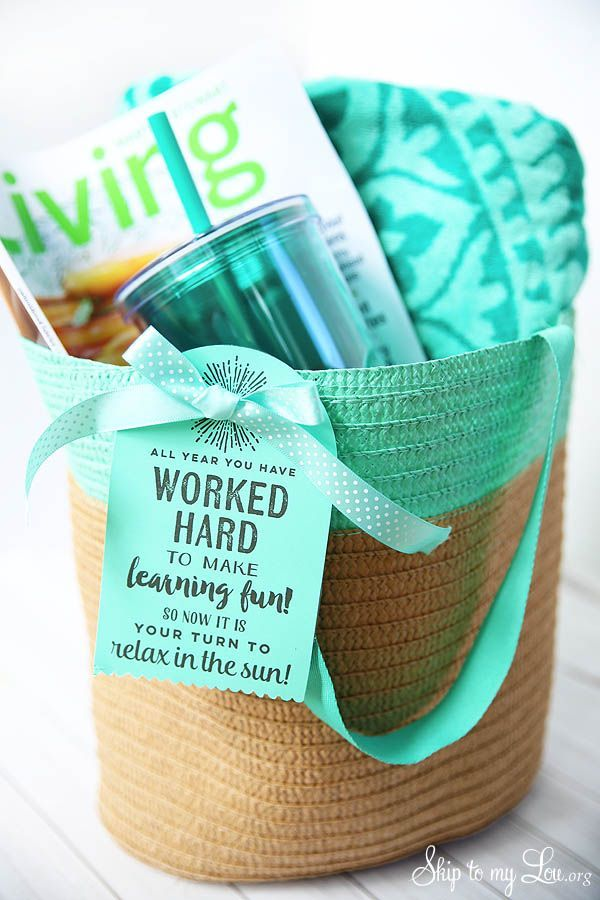 End of year teacher gift will help your teacher relax this summer. Fill a tote with goodies and attach the free printable gift tag. A useful and easy gift.