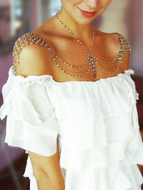 肩のカーブに合わせた民族風のショルダーネックレス☆ ウェディングで花嫁が身につける小物まとめ。