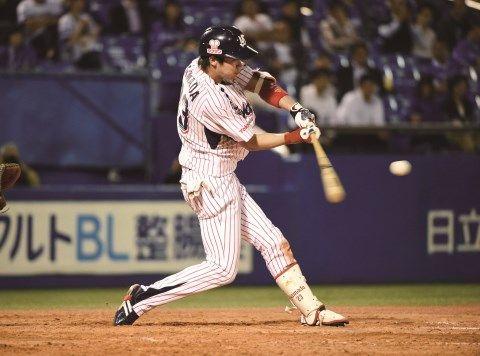 ▲6回に右打者のシーズン最多安打記録を更新し花束を受け取った山田。この日今季20度目の猛打賞でチームを勝利に導いた人なつっこい努力家 10月6日、22歳にしてその