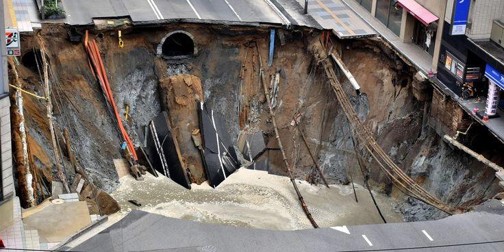 ❝ El enorme agujero en Japón que hunde una calle [VÍDEO VIRAL y FOTOS] ❞ ↪ Puedes leerlo en: www.divulgaciondmax.com