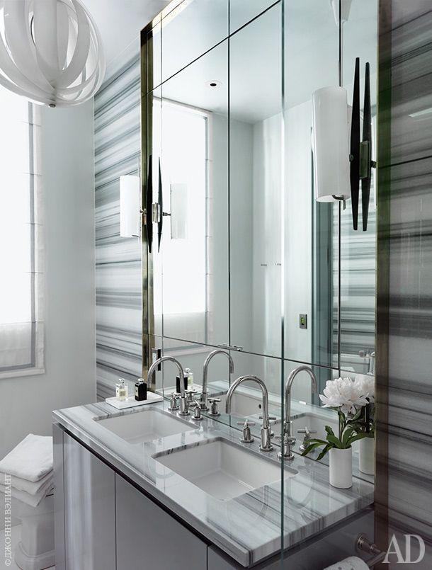 Стены ванной отделаны мрамором сорта Striato Olimpico. Бра— винтажные, 1960‑хгодов. Фурнитура, Dornbracht. Светильник подизайну Вернера Пантона.