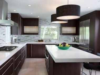 La iluminación sigue siendo clave, especialmente en cocinas de techo bajo