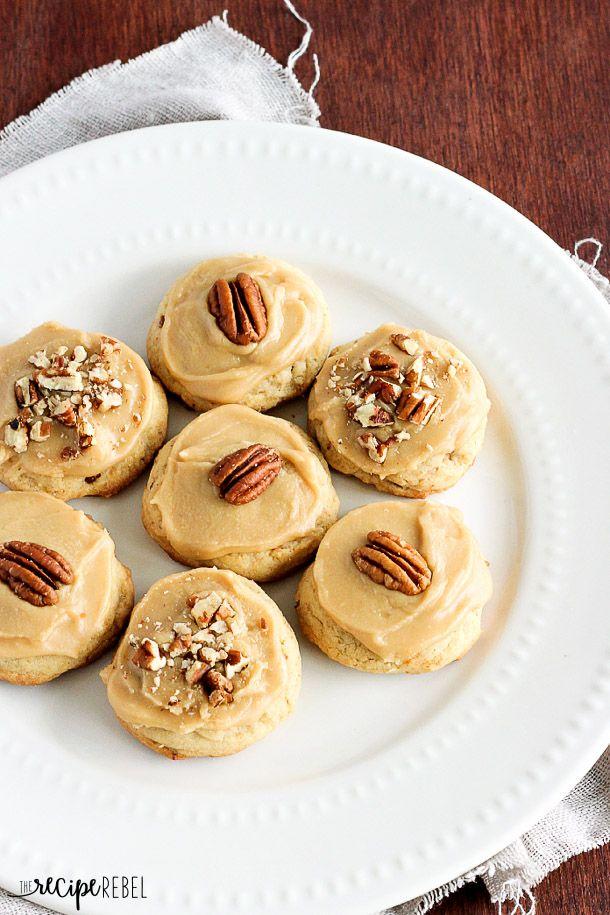 Brown Sugar: pacana, galletas de mantequilla de nuez suave cubierto con glaseado de azúcar moreno y más nueces - una galleta perfecta!  Grande para hornear de Navidad o cualquier día del año!  www.thereciperebel.com