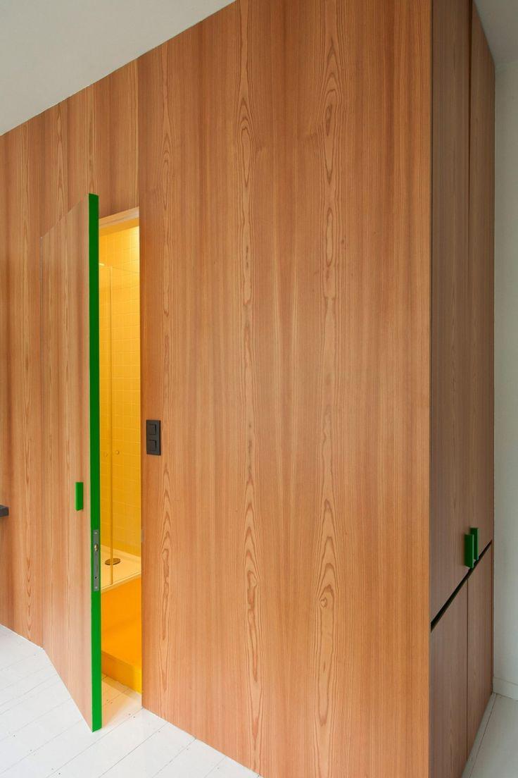 Houten wand met houten blokdeur naar de badkamer