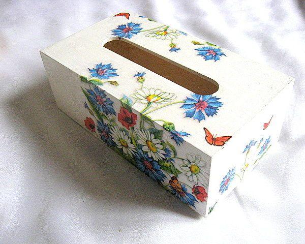 Cutie servetele flori maci, musetel, albastrele si fluturi pe fond alb