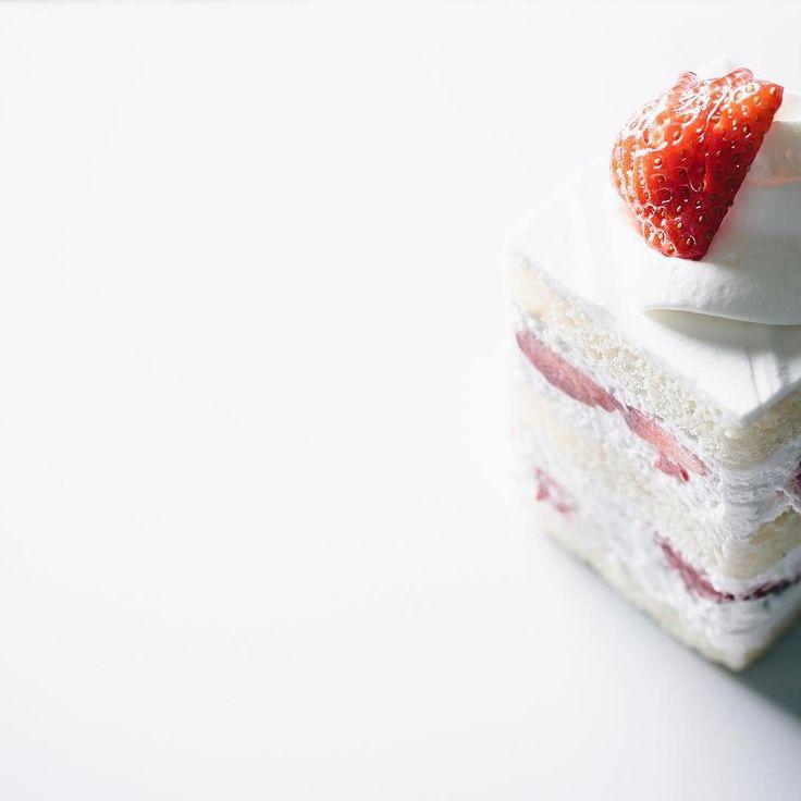 """ショートケーキ/ガトーフレーズが沢山売れているのを見るといいケーキ屋さんなんだなと思う気取らず普通に美味しく地元のスイーツマニアでない方にも愛されるお店 I think that the patisserie which sells many strawberry cake is good patisserie. That shop makes delicious ordinary cakes is loved by local citizens(not sweet holic). . [a tes souhaits!] Kichijouji Tokyo. """"Gateau fraise"""". . 東京 吉祥寺 [アテスウェイ] """"ガトーフレーズ"""" . #igersjp #instagramjapan #instafood #instagood #instafoodie #foodart #foodstagram #beautifulcuisines #feedfeed #f52grams #vsco #foodvsco #food #lovefood #sweets #snack…"""
