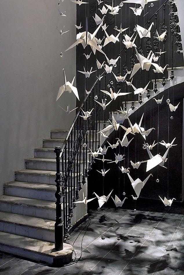 Pajaritas de papel como escultura móvil en el vano de una escalera....precioso