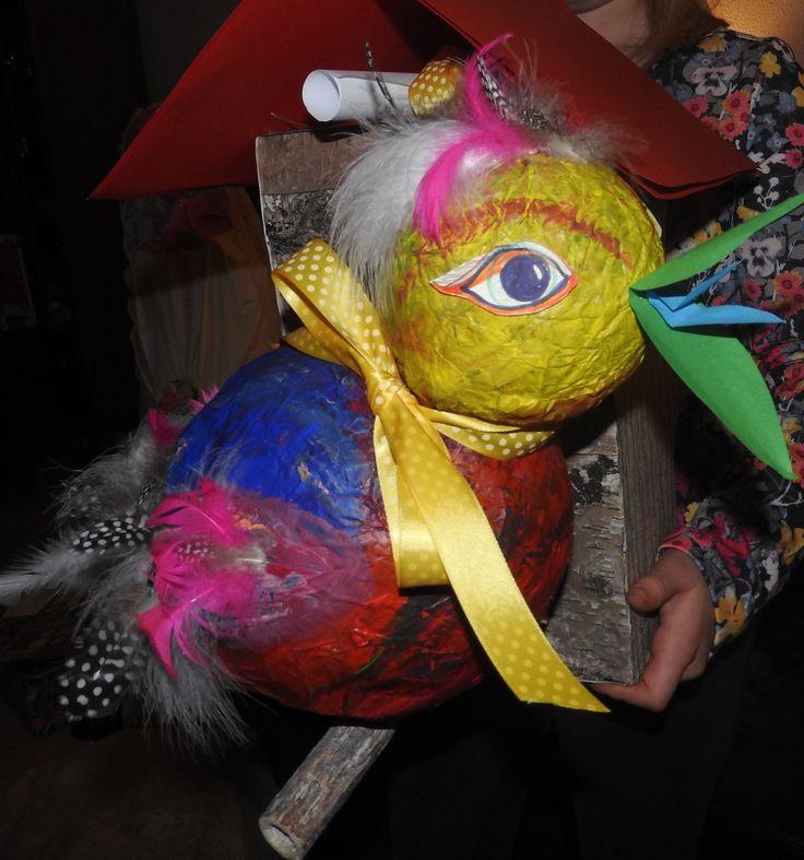 Kleurrijke vogel met vogelhuisje